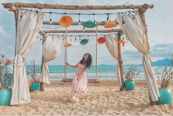 Trong những ngày hè rực nắng, biển Nhơn Lý luôn là tọa độ checkin của những khuôn hình kỳ ảo - Ảnh: Nguyễn Hữu Khánh Như.