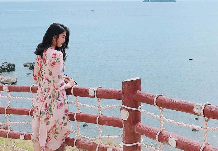 """Cách đó không xa, Eo Gió như """"thỏi nam châm"""" hút hàng triệu tín đồ du lịch bởi nơi đây được mệnh danh là điểm ngắm bình minh đẹp nhất Việt Nam - @tramngoc."""
