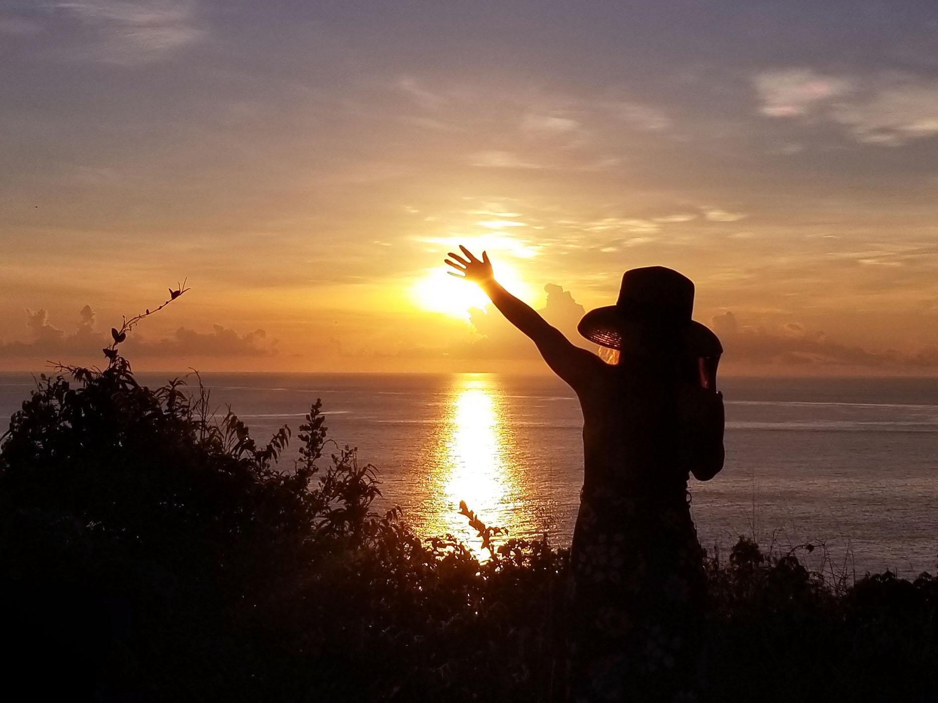 Cảnh bình minh rực lên trên biển Đông