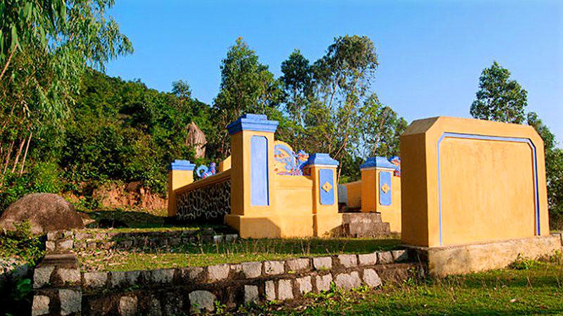 Mộ danh nhân Đào Tấn trên núi Hoàng Mai