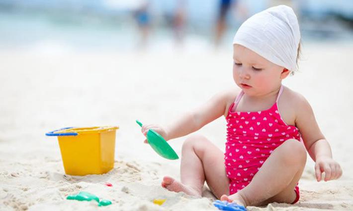Cho con ra biển ngồi vọc cát cũng thấy thoải mái rồi