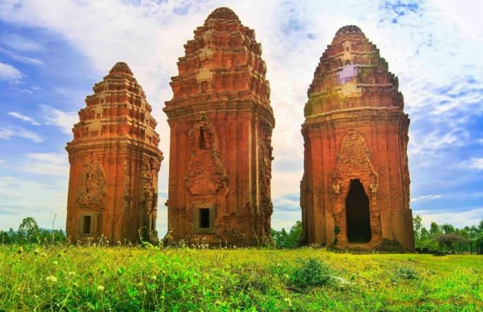 Ba tòa tháp trong cụm tháp Dương Long - Ảnh:Phan Đình Trung