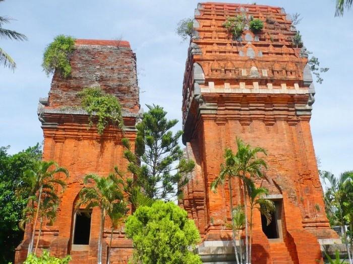 Hai tòa tháp đứng sừng sững bên nhau - Ảnh:Phan Hoài Vy