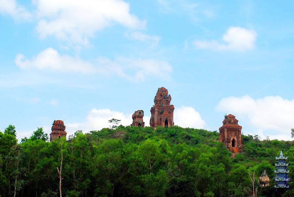 Cụm tháp Bánh Ít được nhìn từ xa - Ảnh:Sưu tầm