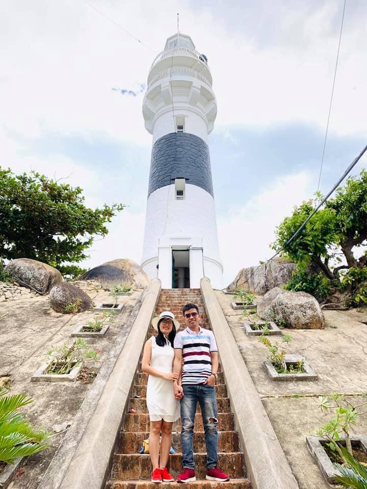 Khách du lịch thích thú ghi lại khoảnh khắc khi tham quan hải đăng Cù Lao Xanh.