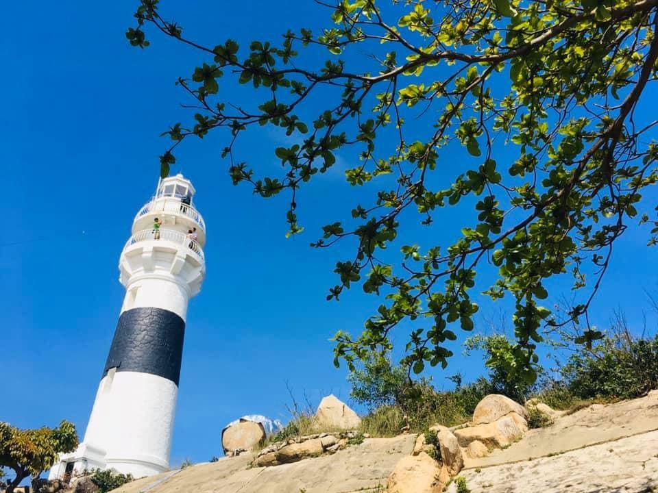 Ngọn hải đăng sừng sững giữa đảo Cù Lao Xanh.  Ảnh: ST