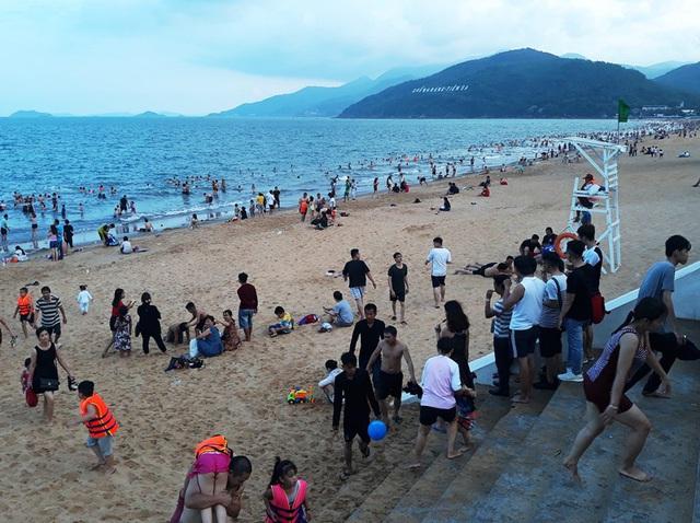 Theo quan sát, dọc bãi biển Quy Nhơn từ khu Hoàng Anh Gia Lai dọc đường An Dương Vương kéo xuống đường Xuân Diệu đông kín người dân và du khách tắm biển.