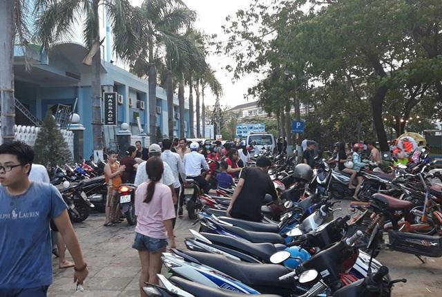 Dịch vụ giữ xe máy cũng hốt bạc trong những ngày lễ.