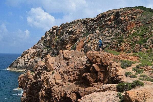 Du khách có thể leo núi ở đảo Hòn Khô