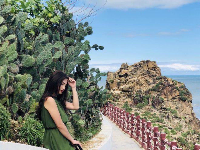Rất nhiều du khách đều chọn địa điểm đường đi bộ ven Eo Gió để check-in.