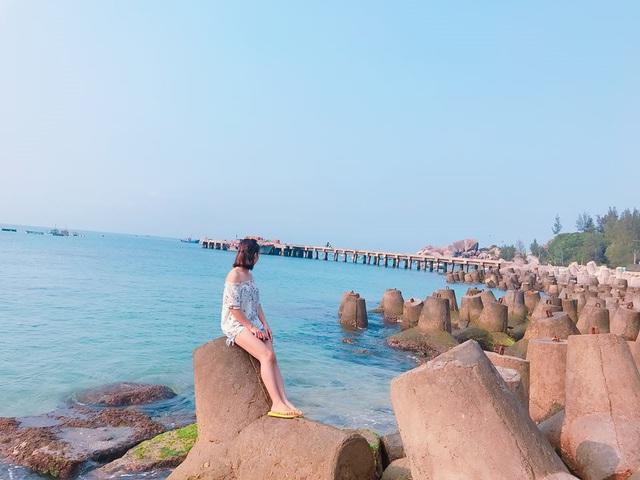 Một cô gái say mê ngắm biển. Ảnh: PV