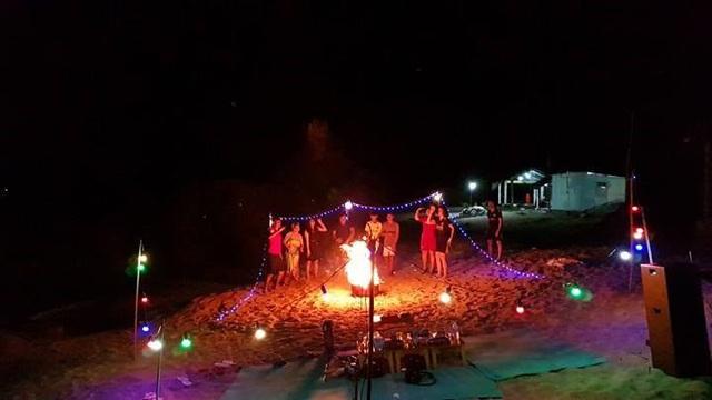 Một đêm lửa trại trên đảo. Ảnh: PV