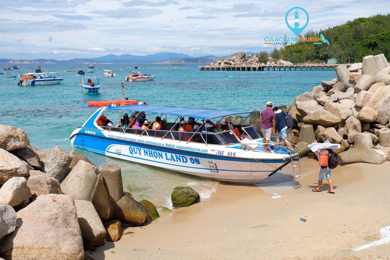 Cano ra đảo Cù Lao Xanh sẽ nhanh hơn thuyền gỗ, nhưng cũng sẽ dễ khiến bạn say sóng hơn rất nhiều