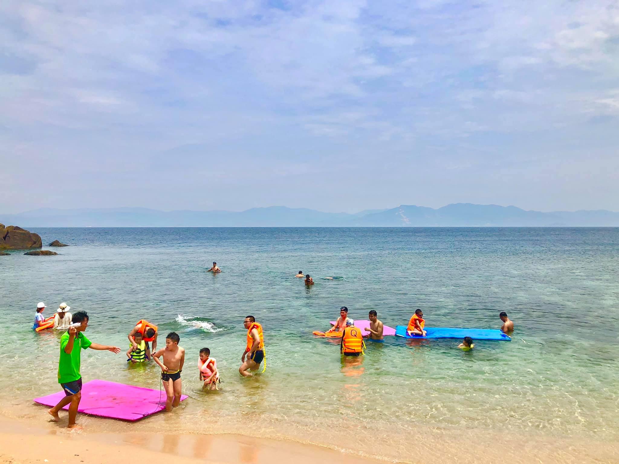 Du khách lặn ngắm san hô tại đảo Cù Lao Xanh