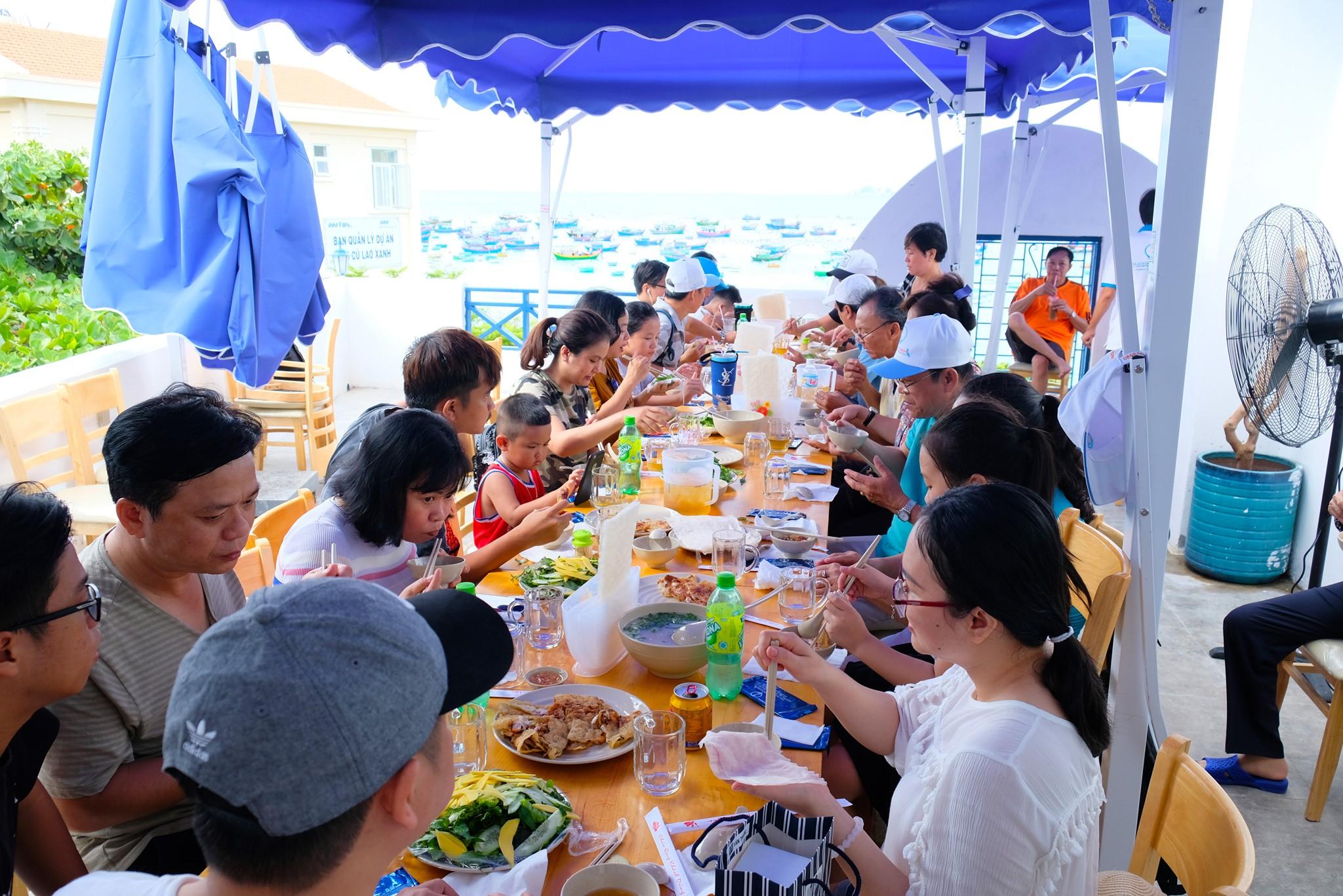 Bữa trưa đậm chất biển khơi của khách du lịch Cù Lao Xanh