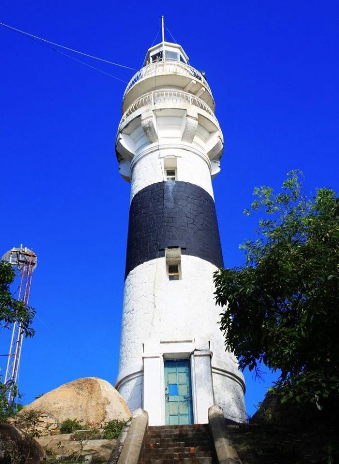 Ngọn hải đăng được ví như đôi mắt thần giữa biển và là viên ngọc quý của đảo