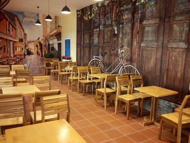 Không gian trong nhà của Friendship Cafe đơn giản, ấm áp. Ảnh: Fanpage Giấy dán tường Quy Nhơn