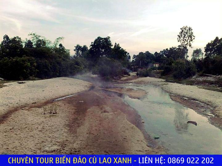 Nước dâng cao ngưng tụ thành sương mù, tạo thành khói bao phủ mặt sông - Ảnh: Nguyễn Vi