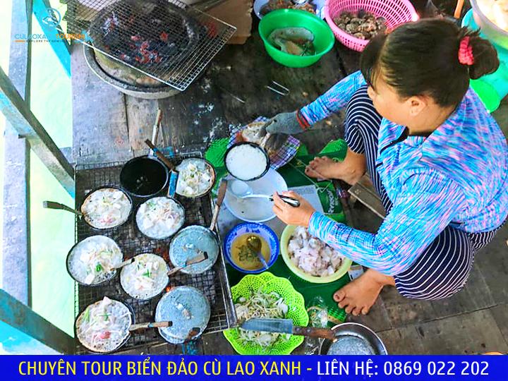 Ngư dân xã Nhơn Hải đúc bánh ngay trên bè giữa biển để phục vụ du khách
